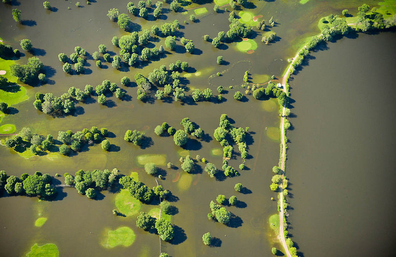The banks of Lake Hiawatha, right, overflowed and flooded Hiawatha Golf Course in Minneapolis as seen from the air on Friday. (Pioneer Press: Ben Garvin)