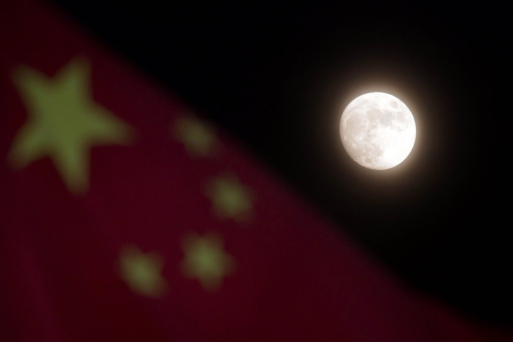 """. <p>4. CHINA�S LUNAR ROVER <p>People�s Republic finally makes it to the moon ... 40 years after everyone else got bored with it. (unranked) <p><b><a href=\'http://www.usatoday.com/story/news/world/2013/12/15/china-moon-landing/4030639/\' target=\""""_blank\""""> HUH?</a></b> <p>   (AP Photo/Ng Han Guan)"""