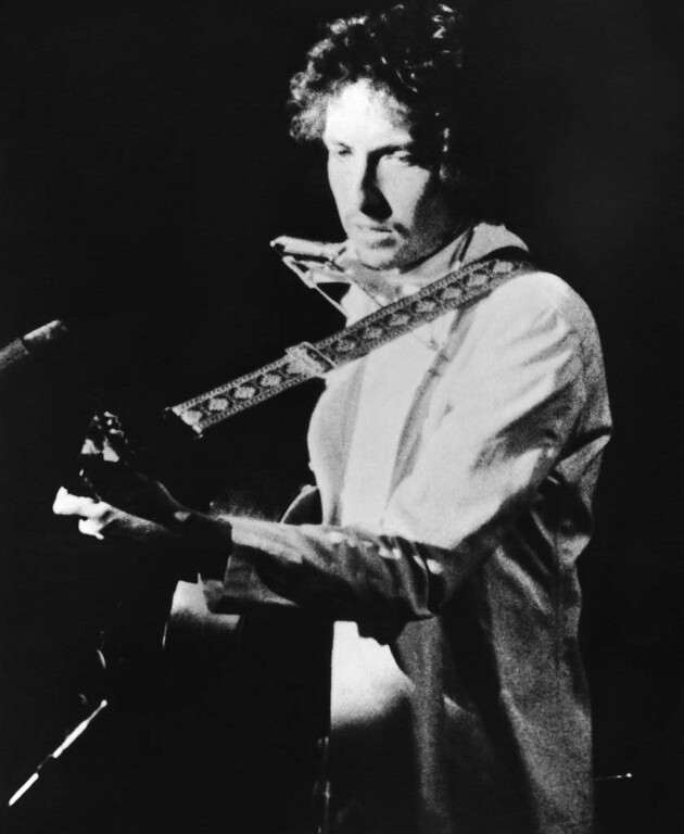 . Singer Bob Dylan appears during opening night concert in Chicago, USA on Thursday, Jan. 4, 1973. Dylan, pop culture poet and singer began his six-week tour after eight years of privacy. (AP Photo)