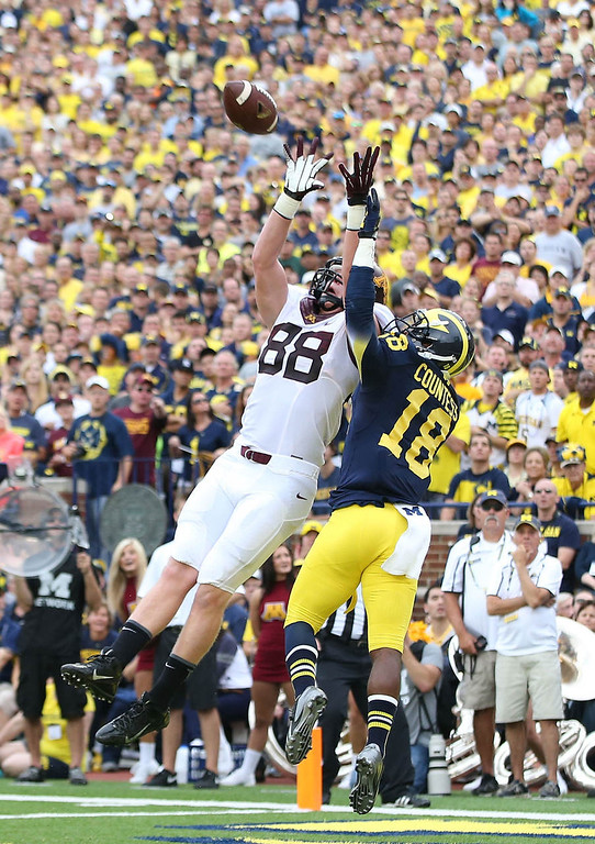 . Minnesota tight end Maxx Williams makes the catch over Michigan defender Blake Countess in the first quarter. (Photo by Leon Halip/Getty Images)