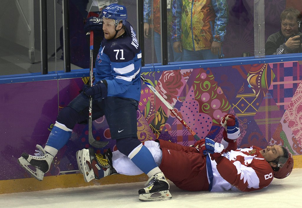 ". <p>1. RUSSIAN HOCKEY TEAM  <p>When the coach says �Eat me,� you know the Olympics left a bad taste. (unranked) <p><b><a href=\'http://www.cbssports.com/olympics/eye-on-olympics/24448619/russian-olympic-hockey-coach-following-loss-eat-me-alive\' target=""_blank\""> HUH?</a></b> <p>   <p>OTHERS RECEIVING VOTES <p> Syracuse Orange, shoe bombers, Los Angeles Lakers, WhatsApp, Jim Turner & Kevin O�Neill, Victoria Beckham�s implants, Fred Davis, Holland America�s Neiuw Amsterdam, skyscraper ice, CeeLo Green, Bob Costas, Paris Hilton, Darren Sharper, North Korea, ice castles, Richie Incognito, Jimmy Fallon, Eric Eskola & Cathy Wurzer, Kiev, Michael Dunn, Roddy White, �Naked Dating�, Dan Marino & Shannon Sharpe, George Zimmerman, Miranda Barbour. <p> <br><p> You can follow Kevin Cusick at <a href=\'http://twitter.com/theloopnow\'>twitter.com/theloopnow</a>.    (Alexander Nemenov/AFP/Getty Images)"