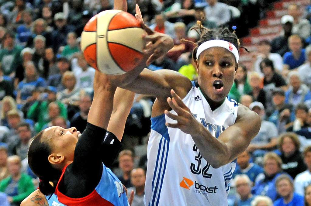 . Minnesota\'s Rebekkah Brunson, right, passes the ball over Atlanta\'s Armintie Herrington during the second quarter. (Pioneer Press: Sherri LaRose-Chiglo)