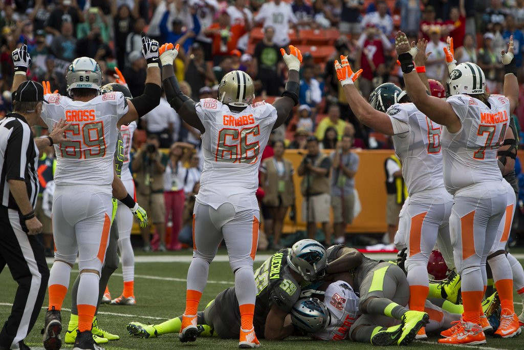 """. <p><b> Jerry Rice�s team beat Deion Sanders� squad in Sunday night�s Pro Bowl in Honolulu, but the big winners were � </b> <p> A. NBC officials, who were pleased with the game�s strong TV ratings <p> B. Hawaiian fans, who got a rare chance to see NFL stars up close <p> C. The folks who changed channels and watched Beyonce twerk through the Grammys opening  <p><b><a href=\'http://www.usatoday.com/story/sports/nfl/probowl/2014/01/26/pro-bowl-mike-tolbert-demarco-murray-jordan-cameron/4927043/\' target=\""""_blank\"""">HUH?</a></b> <p>  (AP Photo/Marco Garcia)"""