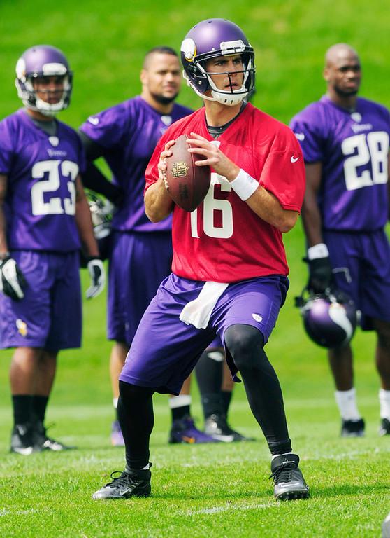. Quarterback Matt Cassel looks for a receiver during the Vikings\' practice in Eden Prairie on Wednesday. (Pioneer Press: Scott Takushi)