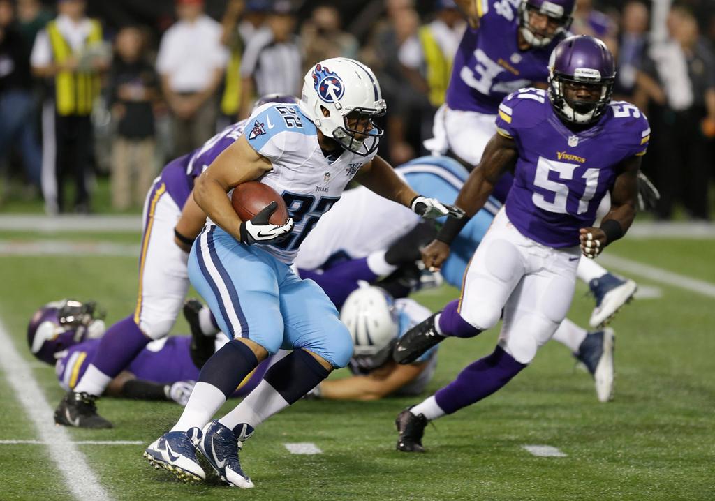 . Titans running back Jackie Battle, left, runs from Vikings linebacker Larry Dean during the first quarter. (AP Photo/Jim Mone)