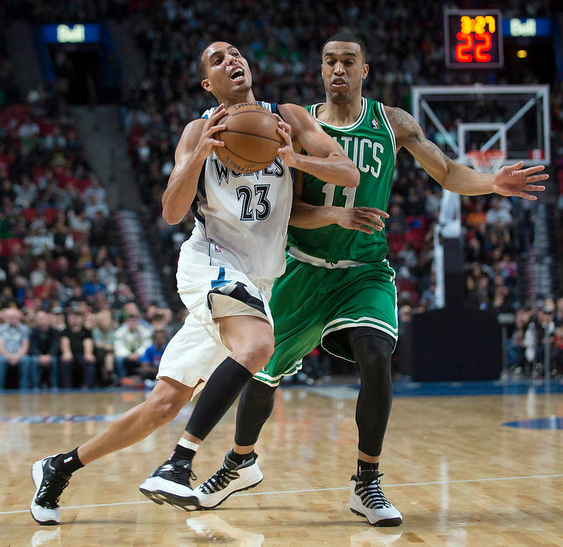 . Minnesota Timberwolves\' Kevin Martin, left, drives to the net as Boston Celtics\' Courtney Lee defends during the third quarter. (AP Photo/The Canadian Press, Graham Hughes)