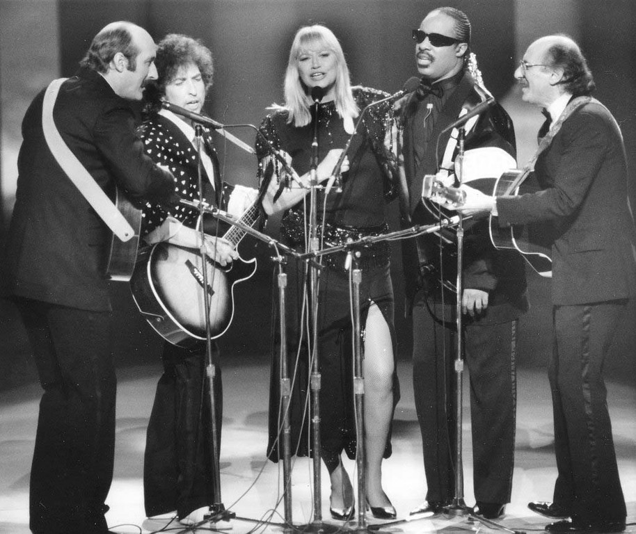 """. Stars perform during the \""""All Star Celebration Honouring Martin Luther King Jr.\"""" at the Kennedy Centre, in Washington D.C., on Jan. 20, 1986. From left to right; Paul Stookey, Bob Dylan, Mary Travers, Stevie Wonder and Peter Yarrow. The special performance celebrated the first national holiday honouring King. (AP Photo)"""