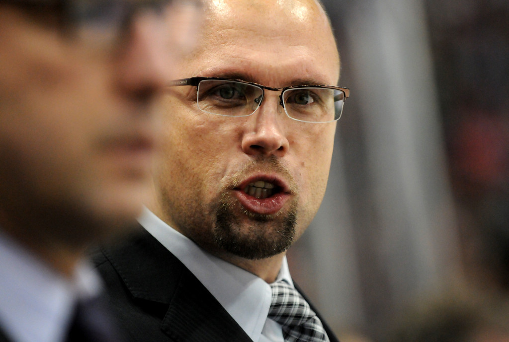 . Minnesota Wild head coach Mike Yeo talks to players on the bench during the first period.  (Pioneer Press: Sherri LaRose-Chiglo)