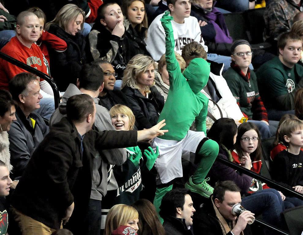 ". Minnesota Wild fans try to start ""the wave\"" during the third period. (Pioneer Press: Sherri LaRose-Chiglo)"