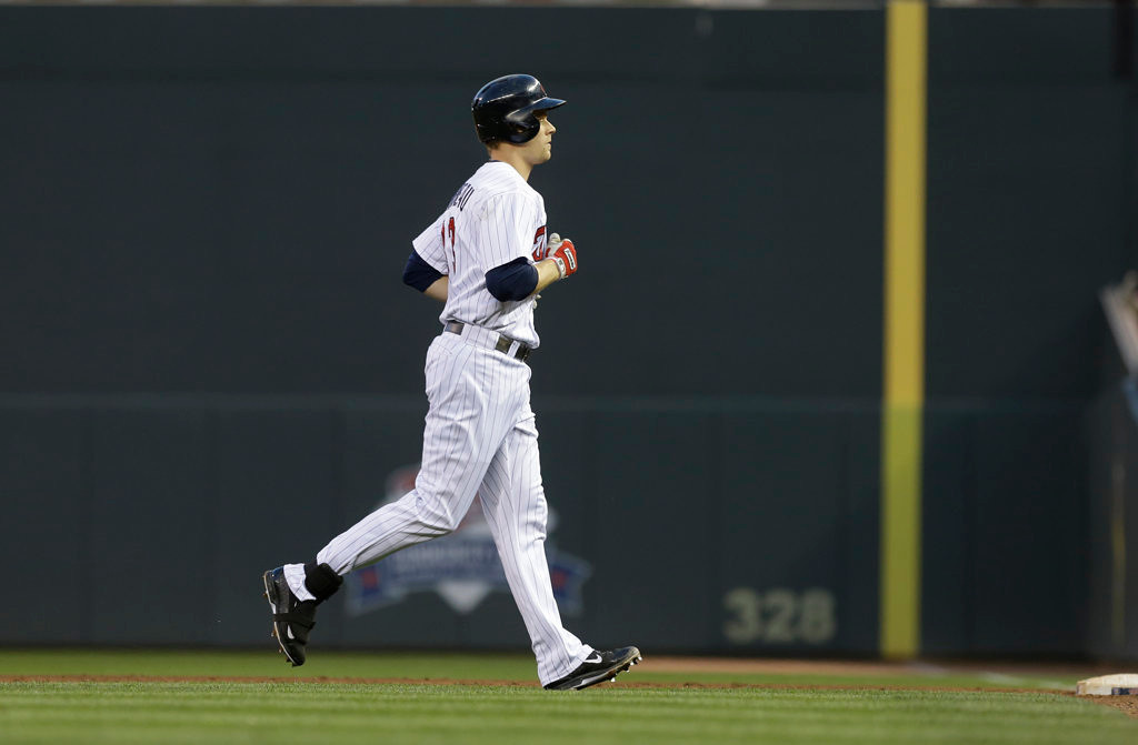 . Minnesota Twins\' Justin Morneau heads to the dugout after flying out in the fourth inning. (AP Photo/Jim Mone)