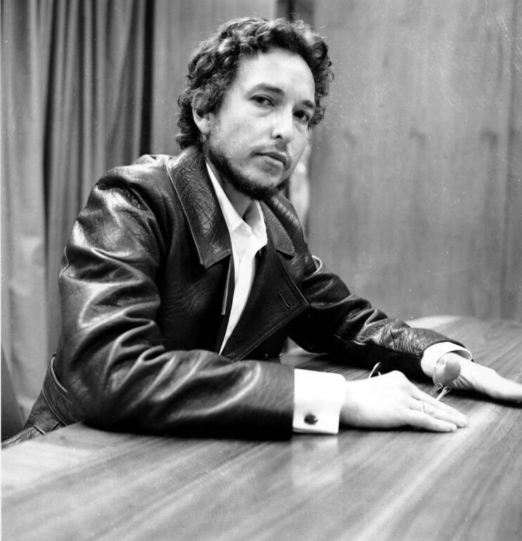 . Dylan is photographed during a news conference at New York\'s Kennedy International Airport on his arrival from England on Sept. 2, 1969.  He said a weekend concert on the Isle of Wight was a warm up for the return of personal appearances in the United States.  (AP Photo)
