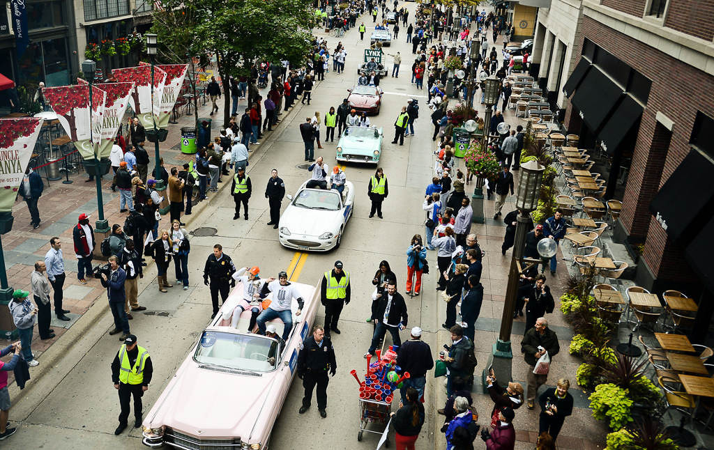 . Fans line the street as the Lynx parade down Nicollet Avenue.  (Pioneer Press: Ben Garvin)