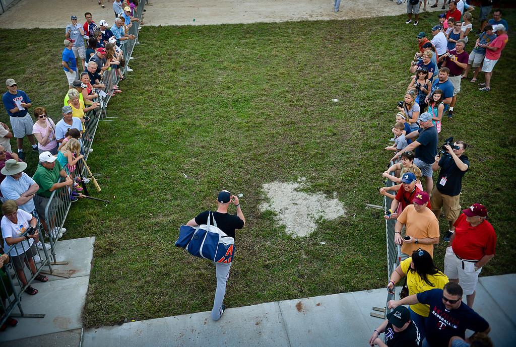 . Fans watch as players arrive, including catcher Eric Fryer. (Pioneer Press: Ben Garvin)
