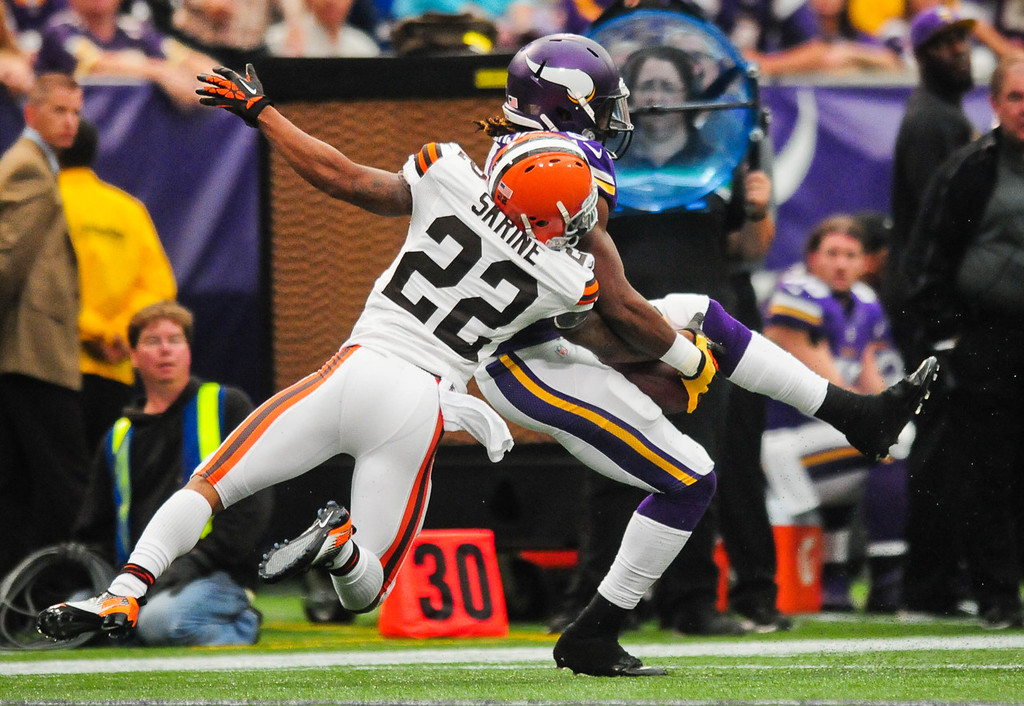 . Vikings wide receiver Cordarrelle Patterson catches a 34-yard pass under tight coverage from Browns cornerback Buster Skrine in the second quarter.