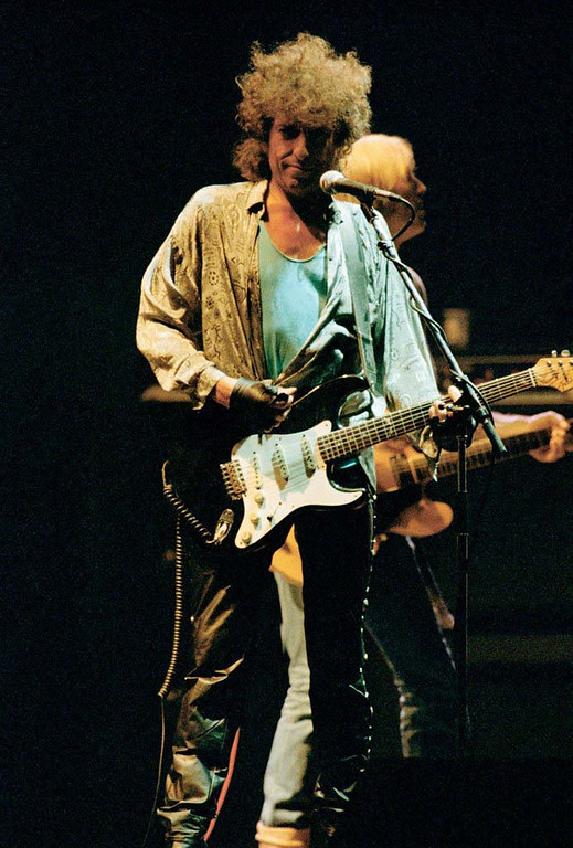 . Singer songwriter Bob Dylan steps to the microphone,  as Tom Petty joins him in the background, as the duo, joined by Petty\'s group The Heartbreakers, opened a three-night stand at New York\'s Madison Square Garden, July 15, 1986. (AP Photo/Susan Ragan)
