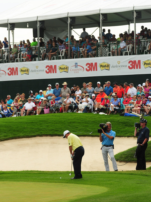 . Jeff Sluman hits onto the 18th green from the fringe during the final round of the 3M Championship. Sluman finished with a 62 on Sunday and set a course record 28 strokes on the front nine.  (Pioneer Press: Scott Takushi)