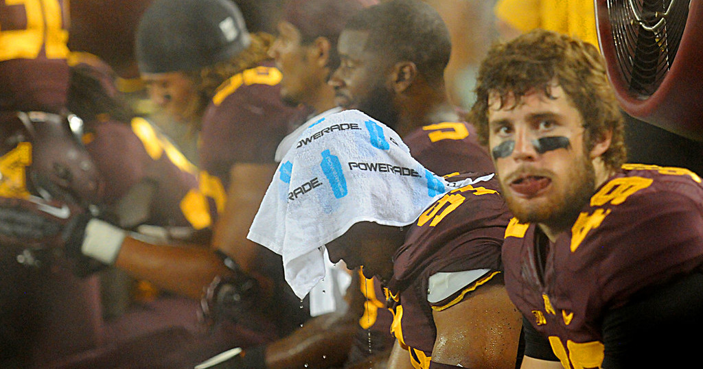 . Gophers\' Alex Keith, center, tries to cool off on the sidelines during the third quarter. (Pioneer Press: John Autey)