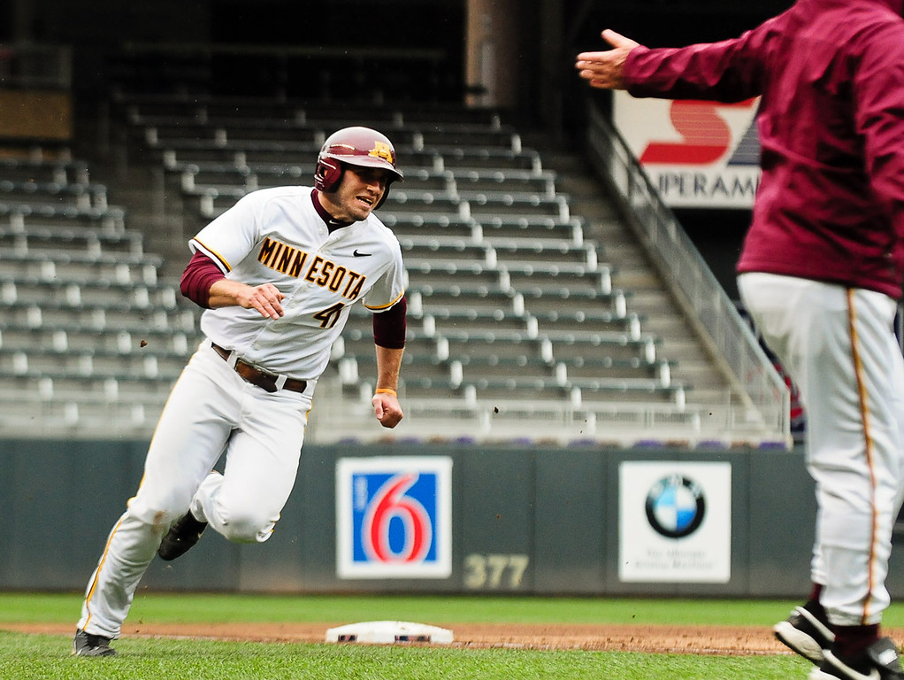. Minnesota\'s Dan Olinger rounds third to score his team\'s first run of the game in the second inning off a Matt Halloran single against Illinois.  (Pioneer Press: Ben Garvin)