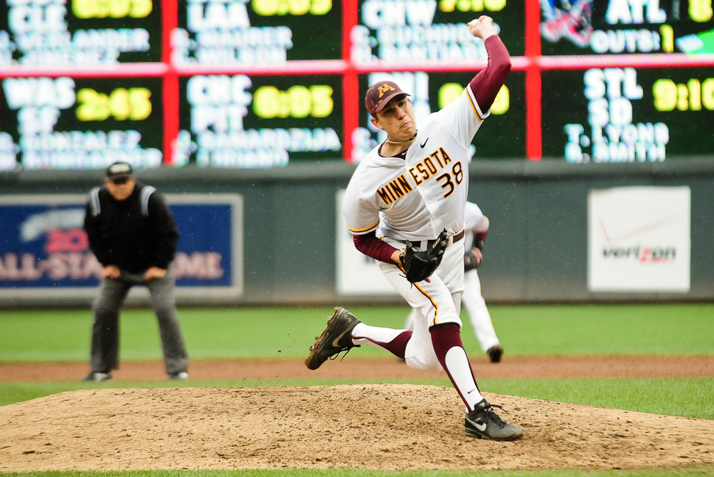 . Minnesota starter Tom Windle pitches in the fifth inning against Illinois. (Pioneer Press: Ben Garvin)
