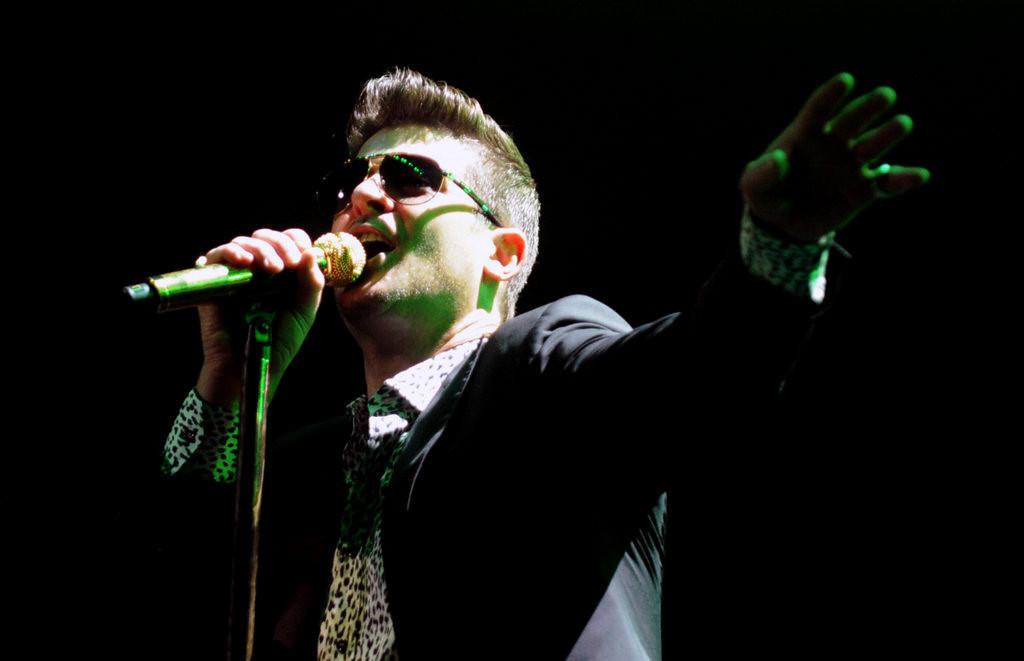 . Robin Thicke performs at Jingle Ball. (Pioneer Press: Chris Polydoroff)