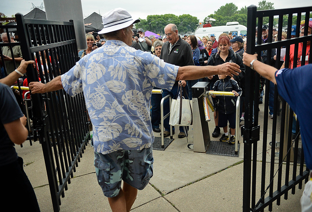 . To the surprise and delight of fans, Bill Murray opens the gates to the stadium. (Pioneer Press: Ben Garvin)