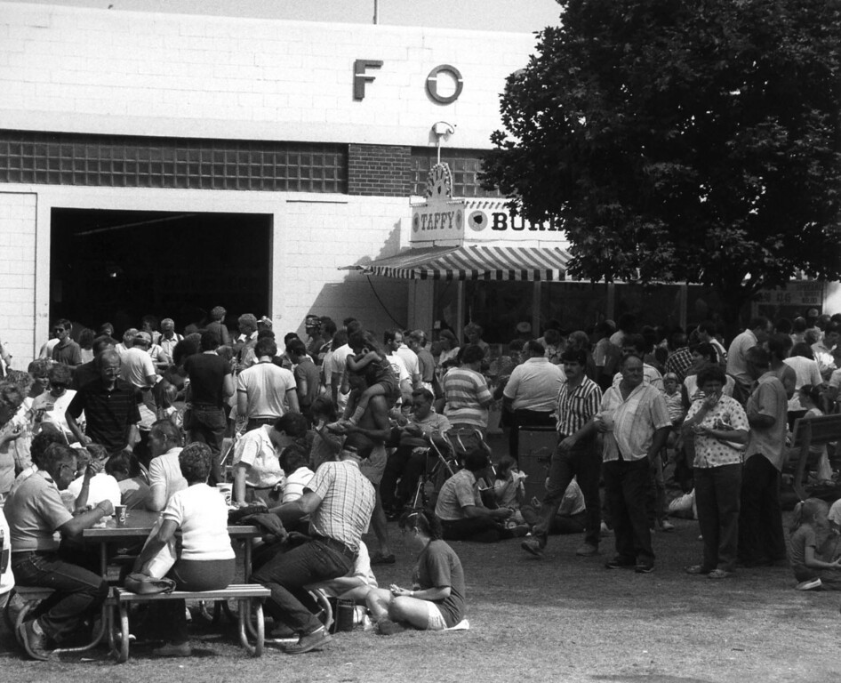 . Fairgoers crowd around the entrance to the Food Building during the 1990 Minnesota State Fair. Photo courtesy of the Minnesota State Fair.