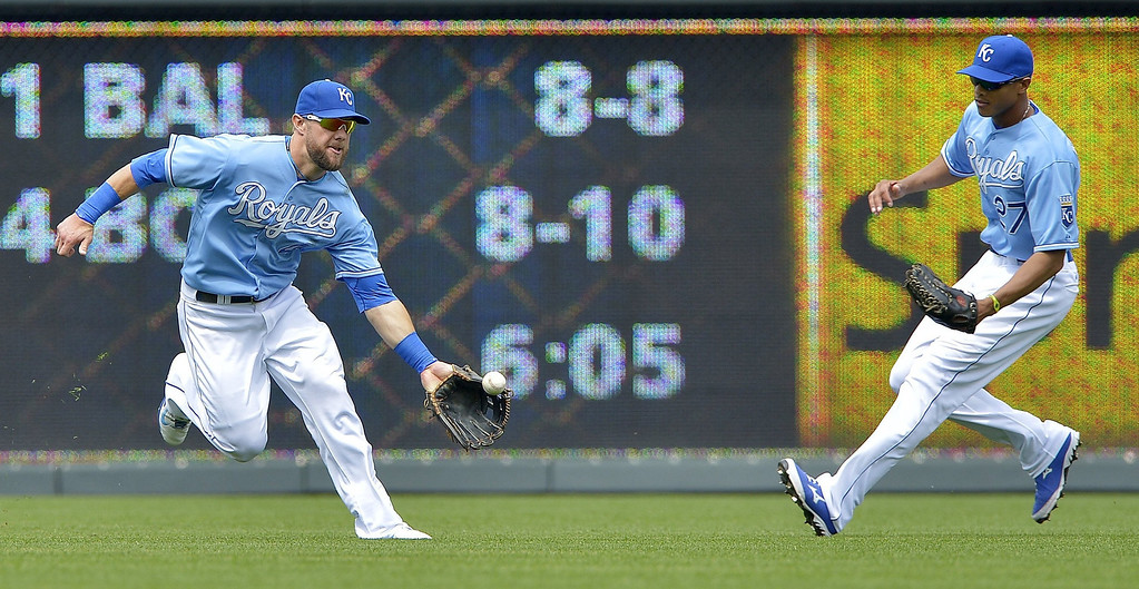 . Kansas City Royals left fielder Alex Gordon (4) chases down an RBI single by the Twins\' Chris Colabello in front of right fielder Justin Maxwell (27) in the fifth inning. (John Sleezer/Kansas City Star/MCT)