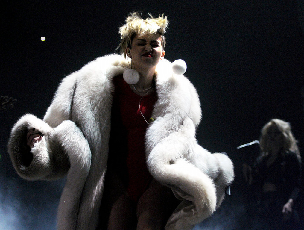 """. Miley Cyrus sings \""""Party in the USA.\""""  (Pioneer Press: Chris Polydoroff)"""