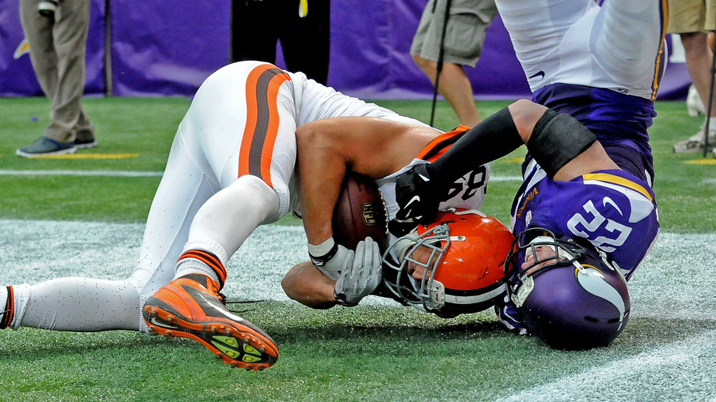 . Browns tight end Jordan Cameron beats Vikings free safety Harrison Smith to score a touchdown with a 7-yard catch as he falls into the end zone with under a minute to go in the fourth quarter. (Pioneer Press: Sherri LaRose-Chiglo)