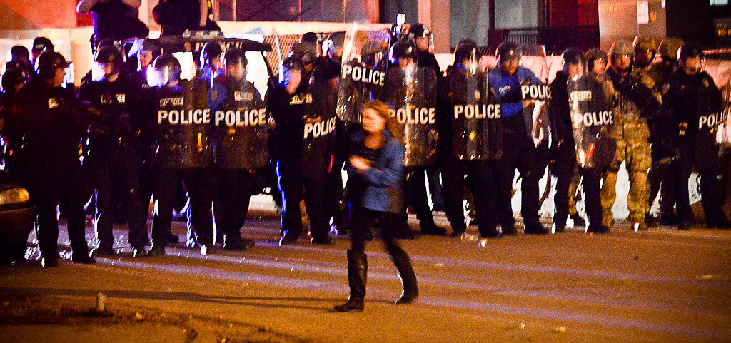 . A line of riot police slowly push a group of students out of a Dinkytown neighborhood. (Pioneer Press: Ben Garvin)