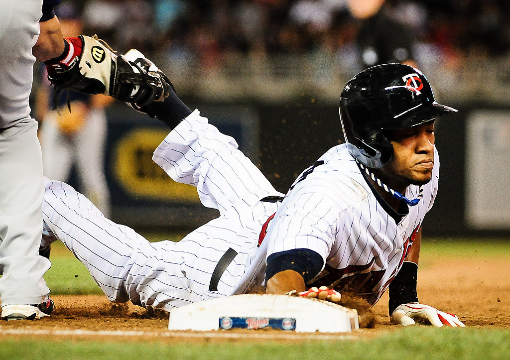 . Minnesota Twins shortstop Pedro Florimon dives back to first in the 8th inning. (Pioneer Press: Ben Garvin)