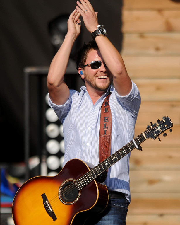 . Mike Eli leads the crowd as he and the Eli Young Band perform. (Pioneer Press: John Autey)