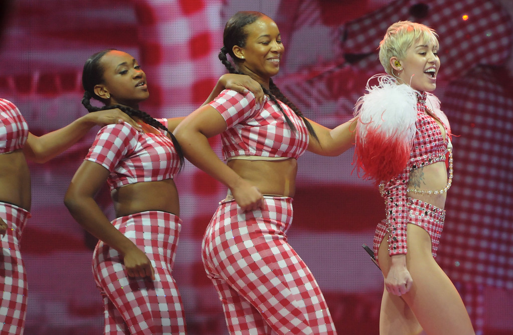 ". Miley Cyrus performs \""4x4\"" . (Pioneer Press: Scott Takushi)"