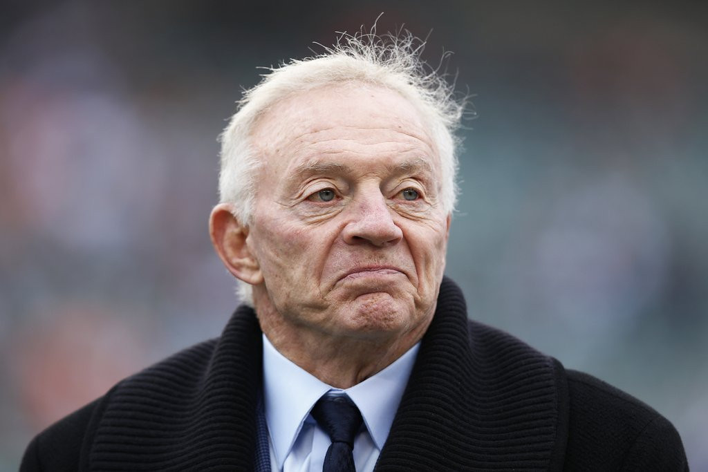 ". <p>7. JERRY JONES <p>After 25 years, it�s finally dawned on him that he doesn�t have a clue. (unranked) <p><b><a href=\' http://www.cbssports.com/nfl/eye-on-football/24457140/jerry-jones-says-he-paid-some-players-he-probably-shouldnt-have\' target=""_blank\""> HUH?</a></b> <p>   (Joe Robbins/Getty Images)"