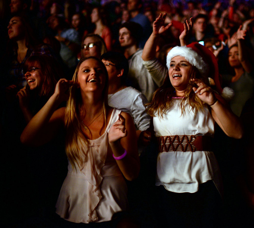 """. Fans listen to Enrique Iglesias sing \""""I Like How it Feels\"""" at Jingle Ball.  (Pioneer Press: Chris Polydoroff)"""
