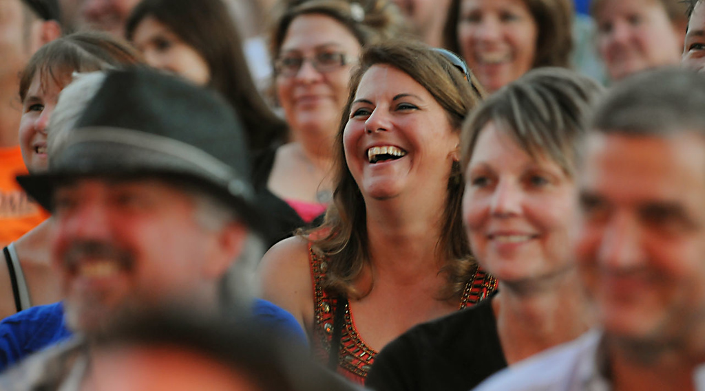 . The audience reacts with laughter as Kevin Nealon performs. (Pioneer Press: John Autey)