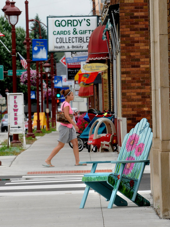 """. \""""Lazy Daisy\"""" by Beth Lunsford sits in front of a photography store in Lindstrom, MN.  (Pioneer Press: Jean Pieri)"""