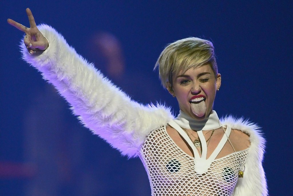 """. <p><b> There was hardly a dry eye in the house during Saturday night�s concert in Brooklyn when Miley Cyrus serenaded a 50-foot-tall inflatable likeness of her � </b> <p> A. Dead dog <p> B. Father <p> C. Tongue <p><b><a href=\'http://www.nydailynews.com/entertainment/gossip/miley-cyrus-serenades-enormous-replica-late-dog-article-1.1748233\' target=\""""_blank\"""">HUH?</a></b> <p>    (Ethan Miller/Getty Images for Clear Channel)"""