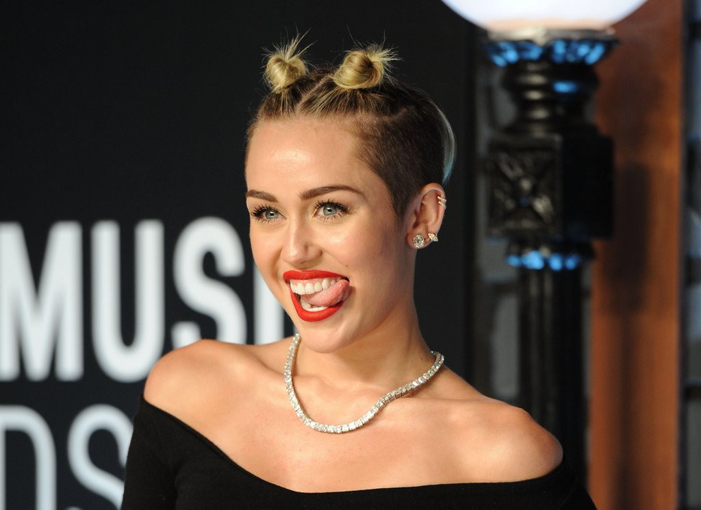 ". <p>5. (tie) MILEY CYRUS <p>Her tongue�s no longer in Vogue. Literally. (unranked) <p><b><a href=\'http://www.hollywoodnewsdaily.com/2013/miley-cyrus-vogue-cover-cancelled-after-vma-performance/6266\' target=""_blank\""> HUH?</a></b> <p>     (Evan Agostini/Invision/AP, File)"