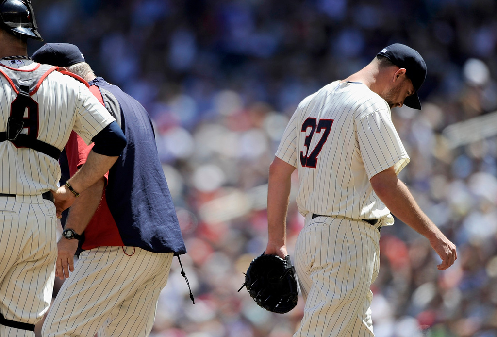 . Twins starter Mike Pelfrey leaves the game after getting shelled by the White Sox during the fifth inning. (Photo by Hannah Foslien/Getty Images)