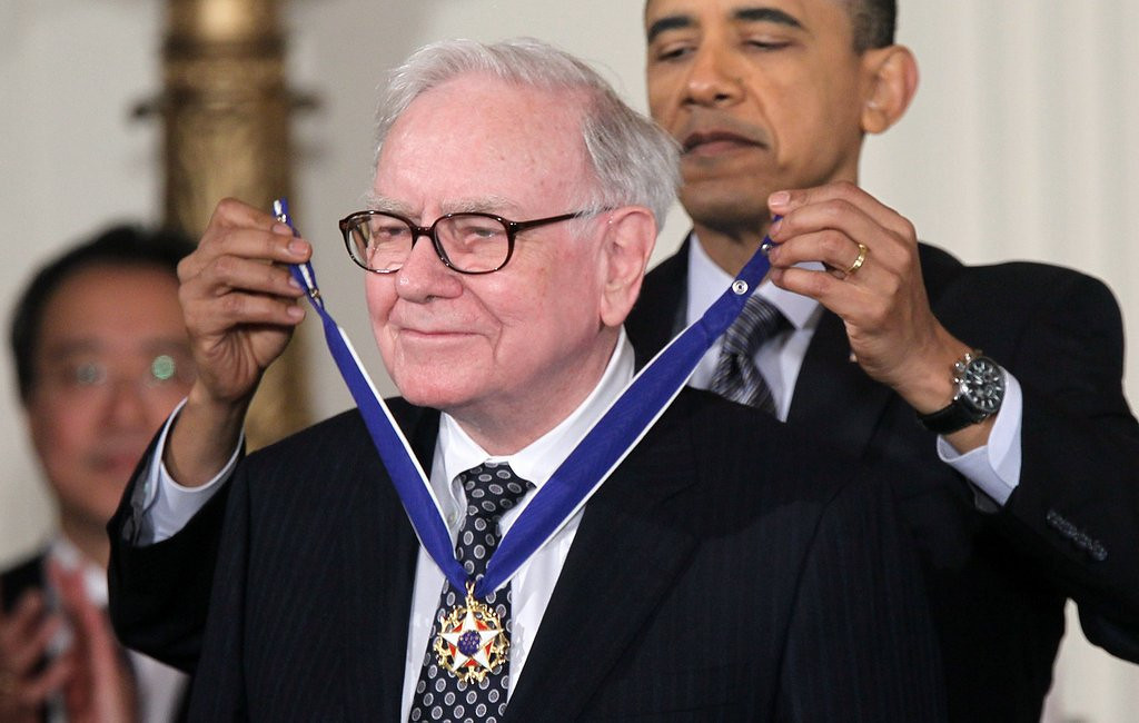 """. <p><b> Warren Buffett, one of the world�s richest men, announced that he�d give $1 billion to anyone who can � </b> <p> A. Fill out a perfect NCAA tournament bracket <p> B. Fix the Obamacare website <p> C. Teach him how to use his remote control <p><b><a href=\'http://msn.foxsports.com/college-basketball/story/march-madness-indeed-buffett-gilbert-offering-up-1-billion-in-prize-money-for-perfection-012114\' target=\""""_blank\"""">HUH?</a></b> <p>   (Alex Wong/Getty Images)"""