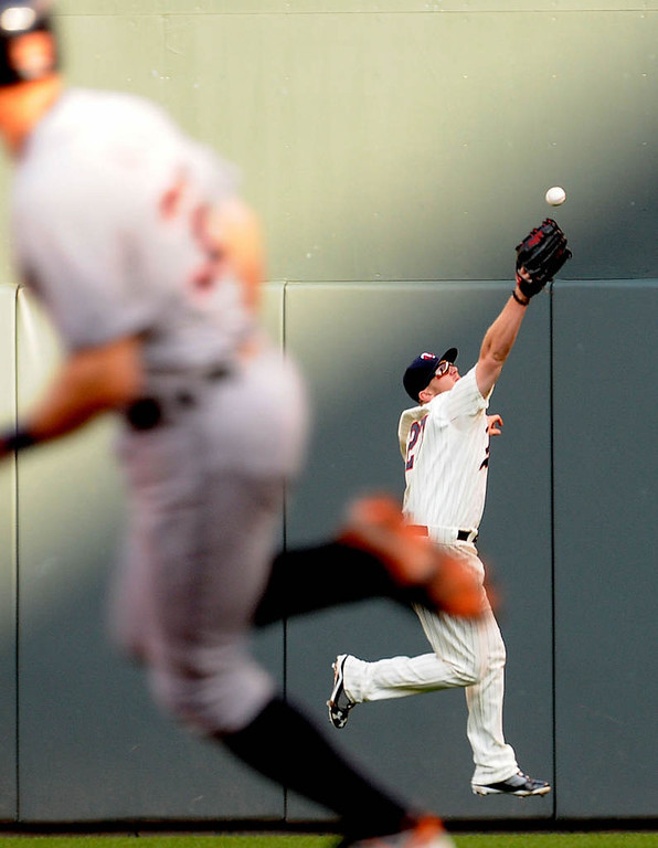. The Tigers\' Don Kelly watches as Brian Dozier tries to catch the ball as he runs to second during the third inning. (Pioneer Press: Sherri LaRose-Chiglo)