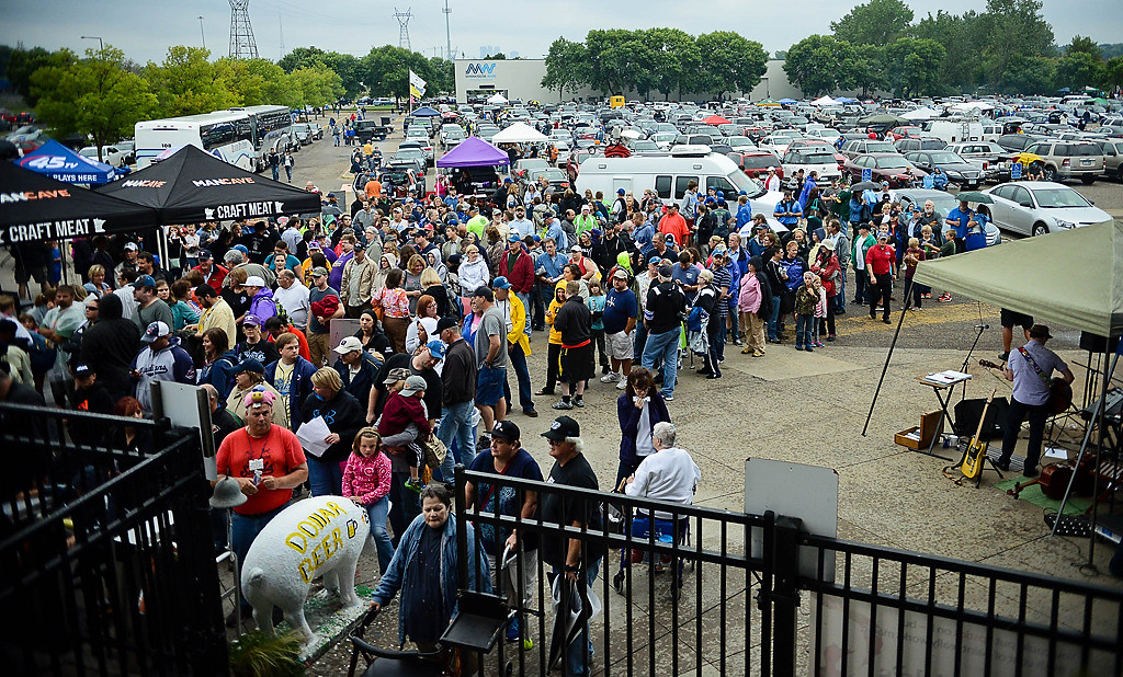. Fans lined up early outside the stadium. (Pioneer Press: Ben Garvin)