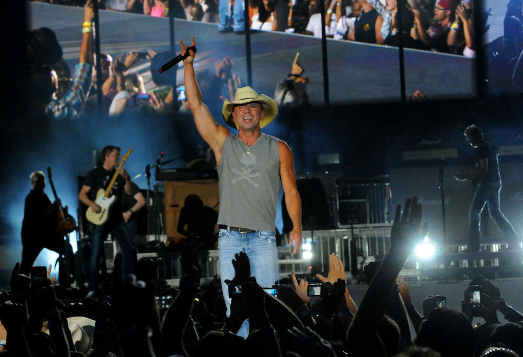 . Kenney Chesney plays to the crowd. (Pioneer Press: John Autey)