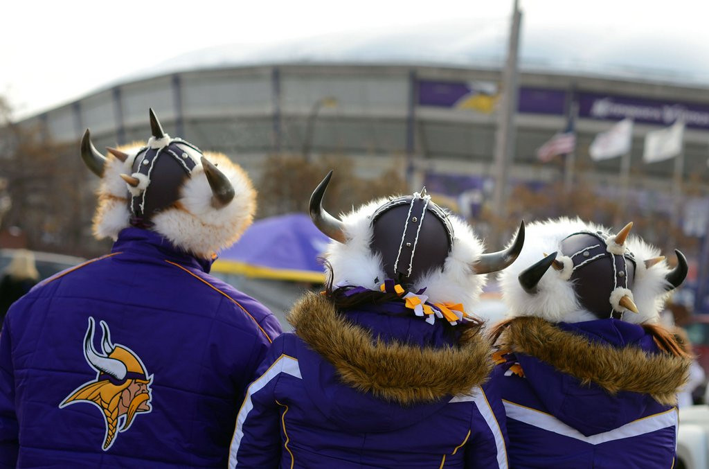 """. <p>7. (tie) VIKINGS SEAT LICENSES <p>A great option for fans who�ve got a few thousand dollars in spare change lying around the house. (unranked) <p><b><a href=\'http://www.twincities.com/localnews/ci_25085977/vikings-stadium-seat-licenses-range-from-9-500\' target=\""""_blank\""""> HUH?</a></b> <p>   (Pioneer Press: Chris Polydoroff)"""