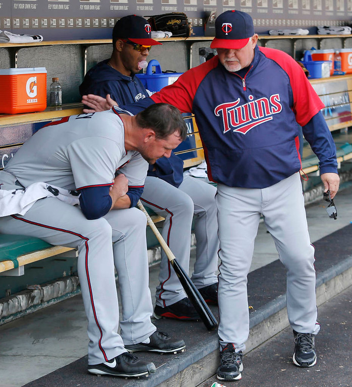 . Mike Pelfrey #37 of the Minnesota Twins gets a pat on the back from manager Ron Gardenhire after being relieved in the sixth inning. (Photo by Duane Burleson/Getty Images)