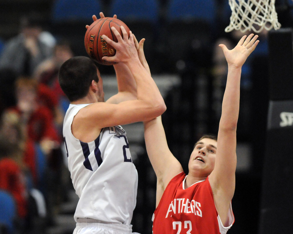 . Buffalo\'s Levi Bean tries to shoot over Lakeville North\'s Zach Dahl in the first half. (Pioneer Press: Scott Takushi)