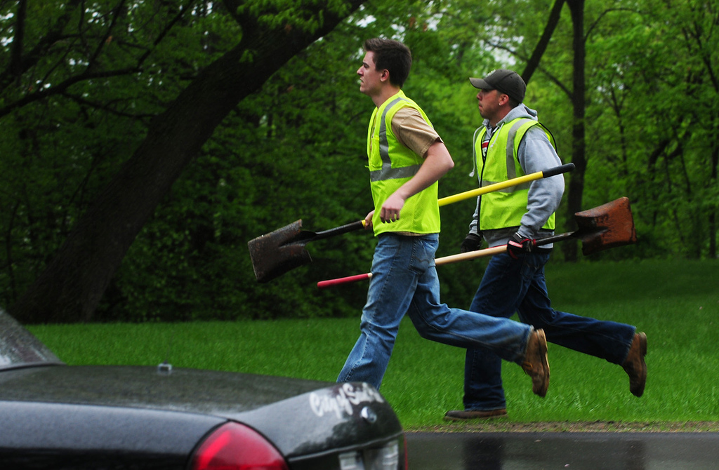 . Workers with shovels run to the staging area. (Pioneer Press: Scott Takushi)