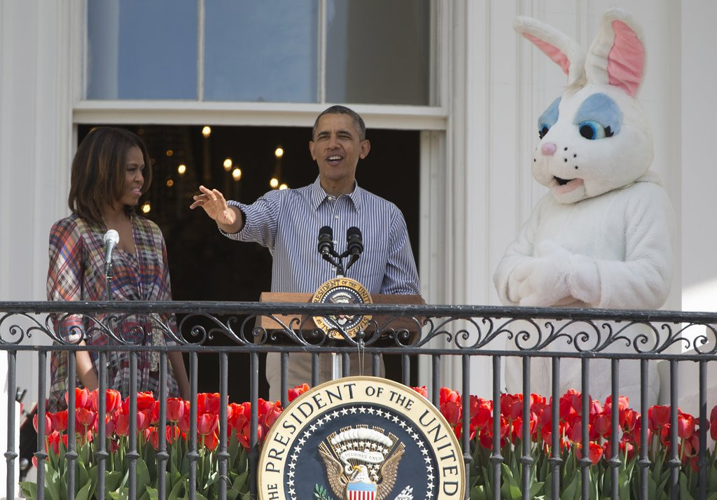 ". <p><b> President Obama and the First Family last week gave a warm White House welcome to this fictional character � </b> <p> A. Easter Bunny <p> B. Santa Claus <p> C. Mr. Bipartisanship <p><b><a href=\'http://www.nydailynews.com/news/politics/obama-lady-hop-healthy-white-house-easter-egg-roll-article-1.1763589\' target=""_blank\""> LINK </a></b> <p>   (AP Photo/Carolyn Kaster)"