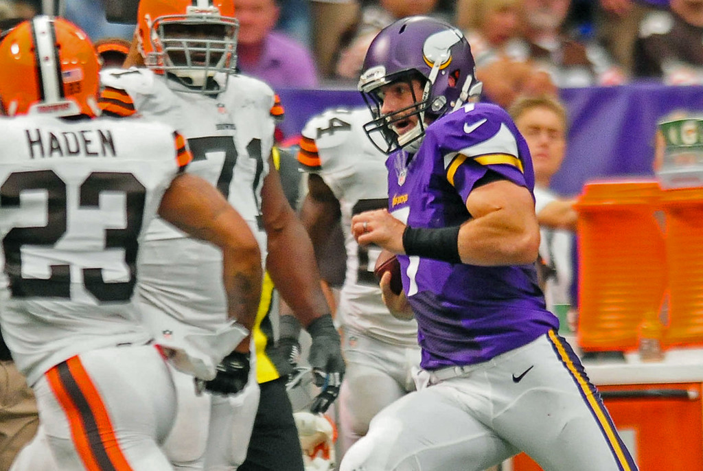 . Vikings quarterback Christian Ponder runs the ball for a first down in the fourth quarter against the Browns.   (Pioneer Press: Ben Garvin)